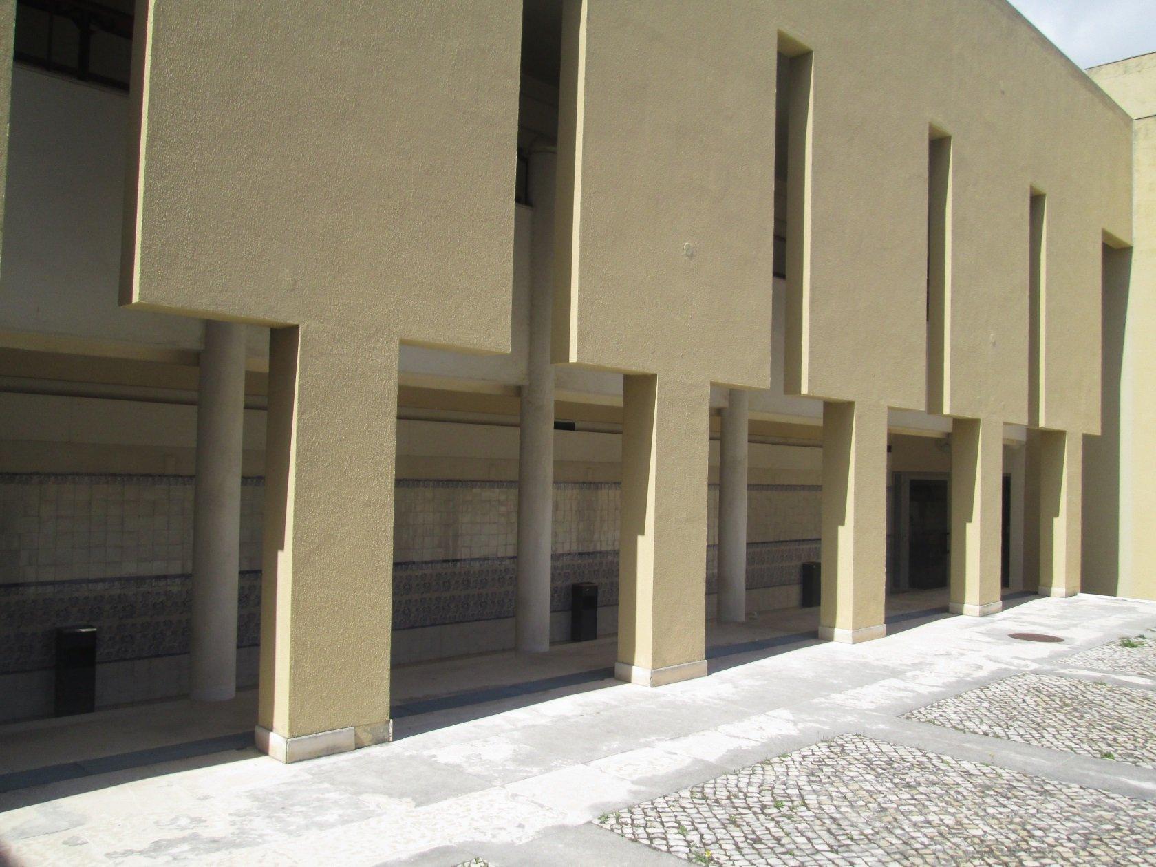 Arcadas do Piso 1. À esquerda, corredor e painéis de azulejos de Menez. À direita, pátio exterior.