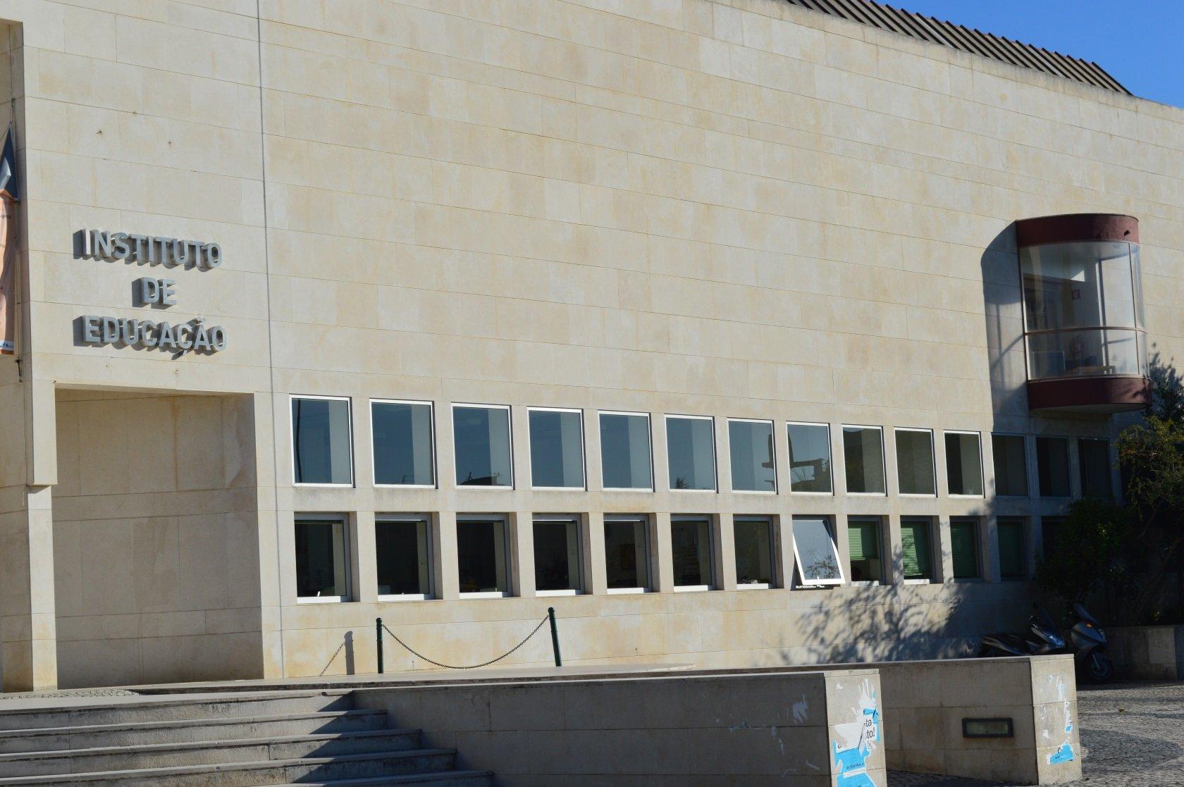 Pormenor da fachada principal do edifício, onde se lê